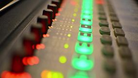 Audio miscelatore dello studio professionale con i metri del VU video d archivio