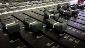 Audio miscelatore e manopole immagini stock libere da diritti