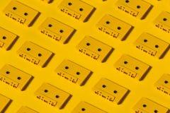 Audio nastri a cassetta gialli su fondo giallo Concetto creativo di retro modello di tecnologia Immagini Stock