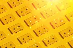 Audio nastri a cassetta gialli su fondo giallo Concetto creativo di retro tecnologia con luce solare Fotografie Stock Libere da Diritti