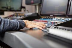 Audio padronanza su un miscelatore professionale Fotografia Stock
