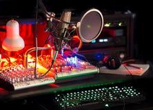 Audio profesional del sonido del mezclador del micrófono del keybaord de la estación que corrige Imagen de archivo