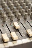 Audio rozsądnego melanżeru amplifikatoru wyposażenie, rozsądny akustyczny muzykalny miesza inżynierii pojęcia tło, selekcyjna ost zdjęcia stock