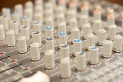 Audio rozsądnego melanżeru amplifikatoru wyposażenie, rozsądny akustyczny muzykalny miesza inżynierii pojęcia tło, selekcyjna ost fotografia royalty free