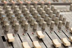 Audio rozsądnego melanżeru amplifikatoru wyposażenie, rozsądny akustyczny muzykalny miesza inżynierii pojęcia tło, selekcyjna ost obrazy stock
