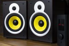 Audio sistema che gioca via gli altoparlanti gialli mobili e grandi collegati al telefono fotografia stock libera da diritti