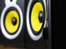 Audio sistema che gioca via gli altoparlanti gialli mobili e grandi collegati al telefono immagine stock