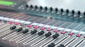Audio stazione di lavoro di Digital con un'audio console Manopole di tavola armonica Fine in su dof archivi video