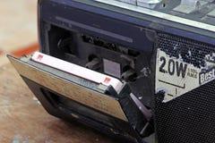Audio vassoio all'interno di vecchio boombox ad alta fedeltà stereo Fotografia Stock