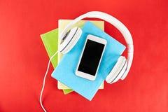 Audio versus document boekconcept Het lezen tegenover het luisteren Boeken en hoofdtelefoons op lijst stock foto