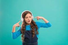 Audioboek Voordelen audiolessen Toegang tot kennis Audiospoor Schoolmeisjevrije tijd Online Onderwijs Meisje royalty-vrije stock afbeeldingen