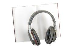 audiobook书概念耳机 与耳机的被打开的书, 3D翻译 免版税图库摄影