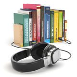 Audiobook概念。耳机和书 免版税库存照片