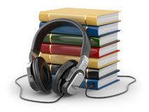 Audiobook概念。耳机和书 免版税图库摄影