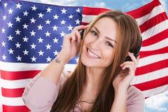 Audiobook för engelskt språk för kvinna lyssnande Royaltyfri Bild