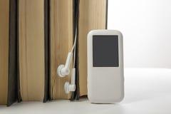 Audiobuch Stapel von Büchern des gebundenen Buches und von elektronischem Leser Elektronisches Bibliothekskonzept Zurück zu Schul lizenzfreies stockbild