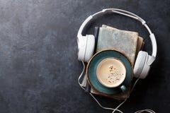 Audiobuchkonzept Kopfhörer, Kaffee und Buch Stockfotografie