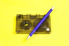 Audiocassette en een potlood stock foto