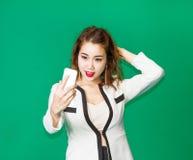 Audioconferencia asiática de la señora con el teléfono móvil Fotografía de archivo