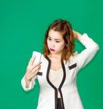 Audioconferencia asiática de la señora con el teléfono móvil Foto de archivo libre de regalías
