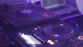 Audiogeräte des Nachtclubs DJ, das Musik spielt Entspannungsatmosphäre liebhaberei stock video