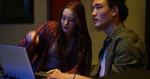 Audioingenieurs die laptop met behulp van terwijl het mengen van geluid stock videobeelden