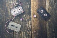 Audiokassetten auf einem Holztisch stockfoto