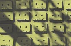 Audiokassetten werden mit weißer Acrylfarbe bedeckt Ausgezeichnetes Retro- Kreativer Dekor Stockbild