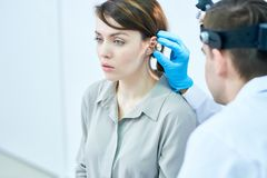 Audiologist Examining Hearing royalty-vrije stock afbeelding