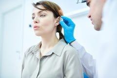 Audiologist Examining Woman stock afbeelding