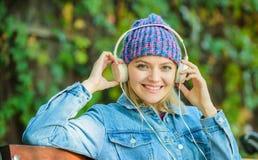 Audiomedia en boeken moderne technologie in plaats van lezing Ontspan in park hipster meisje met mp3-speler Audioboek royalty-vrije stock afbeeldingen