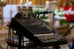 Audiomischer mit Dia- und Griffstangen, die benutzt werden, um Ton zu justieren lizenzfreie stockfotografie
