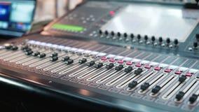 Audiomixer in een studio, de automatische knoppen die zich omhoog bewegen klaar voor de opname stock footage