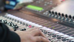 Audiomixer in een studio, de automatische knoppen die zich omhoog bewegen klaar voor de opname stock videobeelden