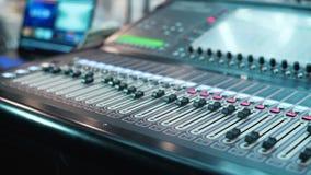 Audiomixer in een studio, de automatische knoppen die zich omhoog op console bewegen Close-up DOF stock videobeelden