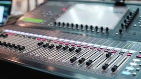 Audiomixer in een studio, het automatische knoppen bewegen zich Soundboardknoppen stock footage