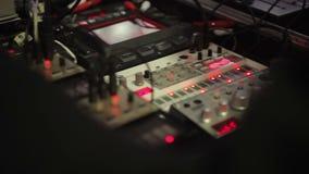 Audiomixer met verlichtingsknopen die zich bij opnamestudio bevinden, geluidsinstallatie stock video