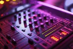Audiomixer in zacht violet licht stock foto