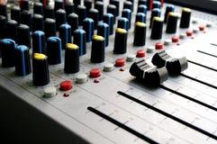 Audiomixerclose-up met grote zwarte volumeschuiven Stock Afbeelding