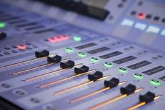 Audioniveauschuiven op correcte mixer Royalty-vrije Stock Foto's