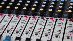 Audioproductieconsole in audioopnamestudio stock video