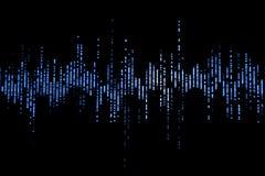Audioschallwellen des blauen digitalen Entzerrers auf schwarzem Hintergrund, Stereo-Sound-Effektsignal
