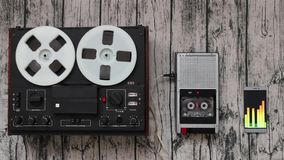 Audiospielerentwicklung, Technologiefortschrittskonzept Tonbandgerät, Smartphone stock video