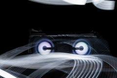 Audiosprecher auf schwarzem Hintergrund mit abstraktem hellem Muster lizenzfreie stockfotos