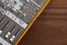 Audiostudiotonmeisterentzerrerbrettkontrollen Stockfotos