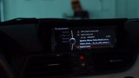 audiosysteem in de auto stock video