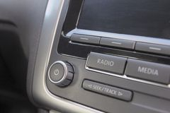 Audiosysteem in moderne auto Stock Afbeelding