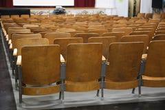 Auditório da escola vazia, cadeiras imagem de stock royalty free