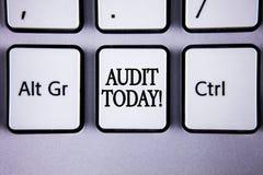 Audit d'apparence de signe des textes aujourd'hui L'inspection conceptuelle de photo a fait en ce moment aux comptes personnels o photographie stock libre de droits