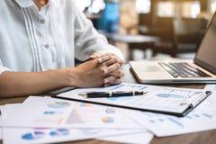 Audit de femme comptable d'affaires et dépenses travaillants de calcul images stock